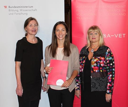 Michaela Hollaus erhält ihr Zertifikat zur zertifizierten Qualitätsprozessmanagerin von Helene Babel und Klaudia Lettmayr.